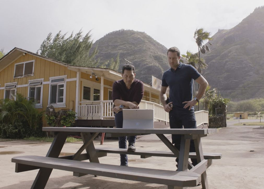 Ein neuer Fall wartet auf Steve (Alex O'Loughlin, r.) und Chin (Daniel Dae Kim, l.) ... - Bildquelle: Norman Shapiro 2016 CBS Broadcasting, Inc. All Rights Reserved