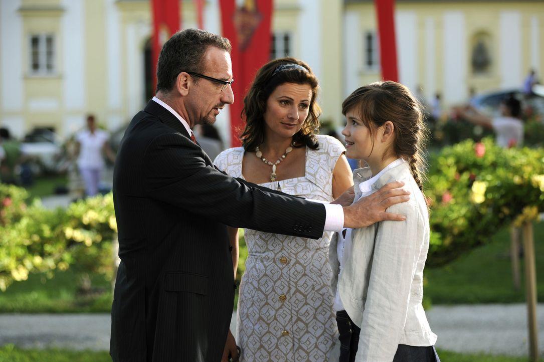 Wie wird sich Julia (Emilia Schüle, r.) entscheiden: für die Vorliebe ihrer Eltern (Heio von Stetten, l. und Katja Keller,M.) oder für ihre eigen... - Bildquelle: Buena Vista International