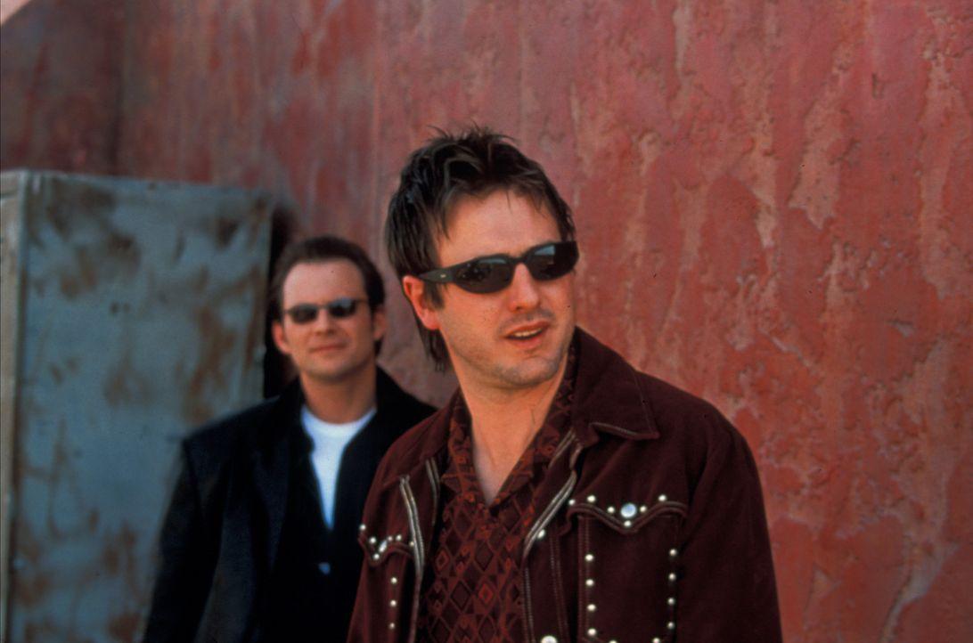 Ahnen nicht, dass sie ihren grandiosen Coup nur kurz genießen können: Hanson (Christian Slater, l.) und Gus (David Arquette, r.) ... - Bildquelle: Francise Pictures