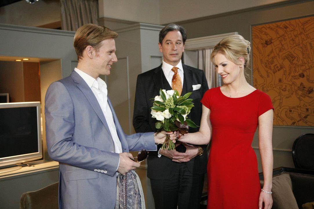 Julius (Günter Barton, M.) Sorge um Alexandra (Ivonne Schönherr, r.) wird verstärkt, als Philips (Philipp Romann, l.) Spiel noch undurchsichtiger... - Bildquelle: SAT.1