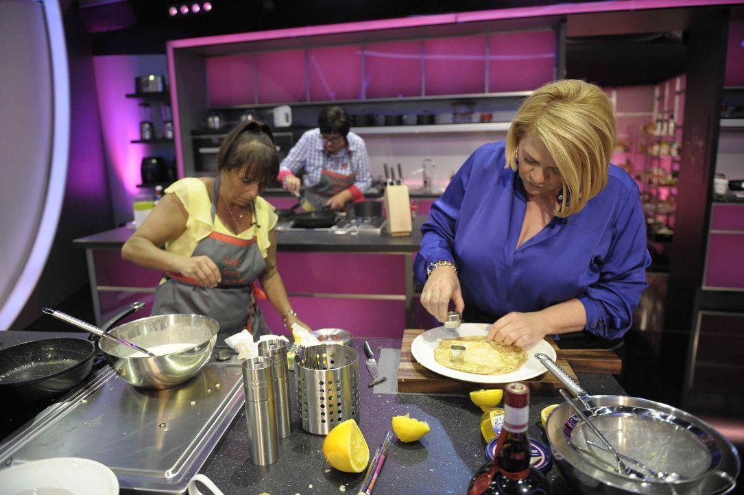Leila (l.) bereitet zusammen mit Starköchin Lea Linster (r.) das nächste Gericht zu. Können sie damit auch den Gaumen des Gastjurors verzaubern? - Bildquelle: Oliver S. SAT.1