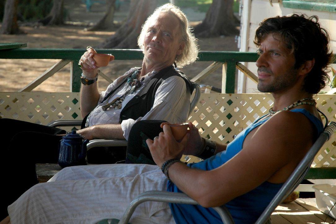"""Medizinmann Paluna (Peter Gavajda, l.) ist entsetzt, als er von Mark (Pasquale Aleardi, r.) erfährt, dass er das Brettspiel """"Manatu"""" zu seiner Fami... - Bildquelle: Sat.1"""