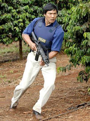 Der Polizist Kaleo (Jason Scott Lee), ein Kollege von Meka, unterstützt das Team bei der Aufklärung des Mordes. Doch nicht alles läuft nach Plan. - Bildquelle: CBS Studios Inc