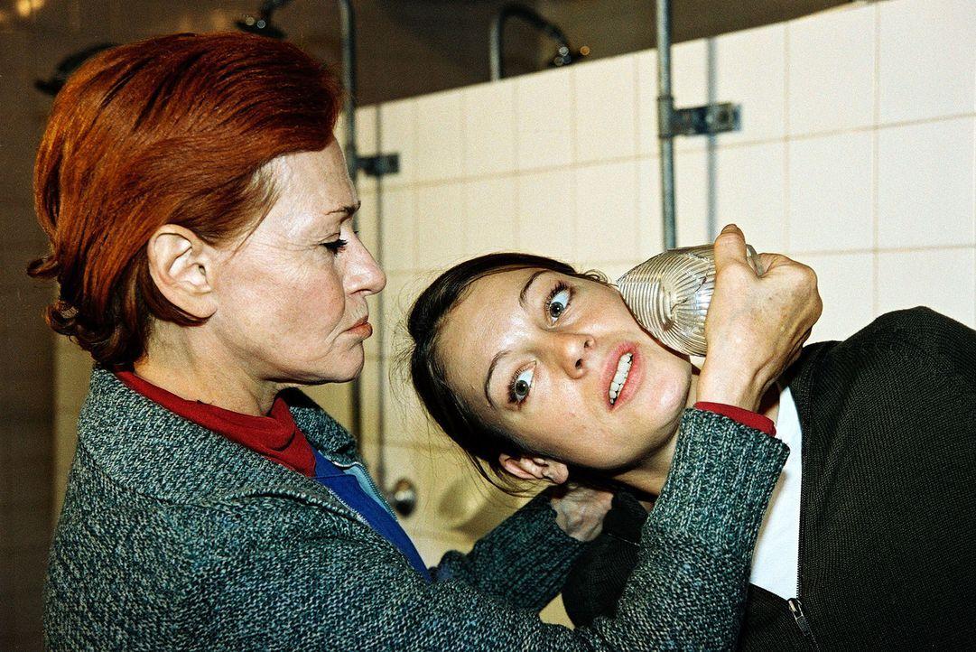 Niki (Elke Winkens, r.) wird im Gefängnis von Silvia Manz (Gertraud Jesserer, l.) bedroht ... - Bildquelle: Sat.1