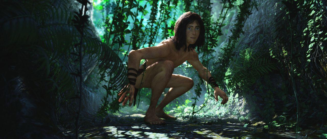Wie ein Affe bewegt sich Tarzan auf dem Dschungelboden zwischen den Lianen ... - Bildquelle: Constantin Film