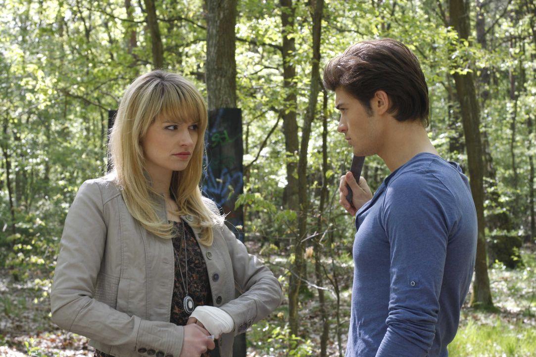 Jessica (Isabell Ege, l.) ist erleichtert, als sie Moritz (Eugen Bauder, r.) findet ... - Bildquelle: SAT.1