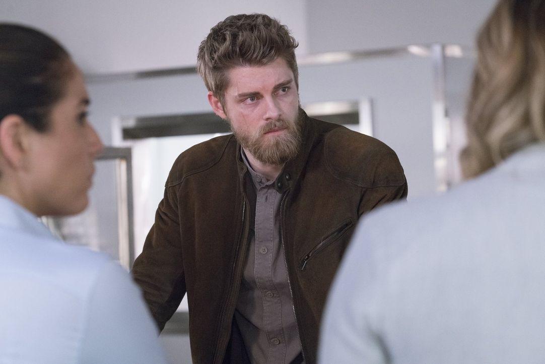Das Team muss die schwere Entscheidung fällen, ob es Roman (Luke Mitchell) undercover zu einer gefährlichen Biker Gang schickt. Können die FBI-Agent... - Bildquelle: Warner Brothers