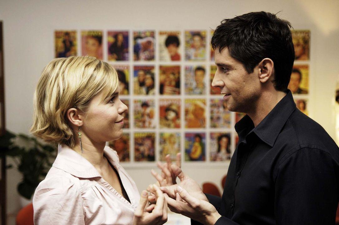 """Als sich Vic (Anna Kubin, l.) in ihren Redaktionsleiter Nik (Oliver Bootz, r.) verliebt, hat sie ein Problem: Wie soll die """"Erfahrene"""" mimen, wenn s... - Bildquelle: Gordon Mühle ProSieben"""