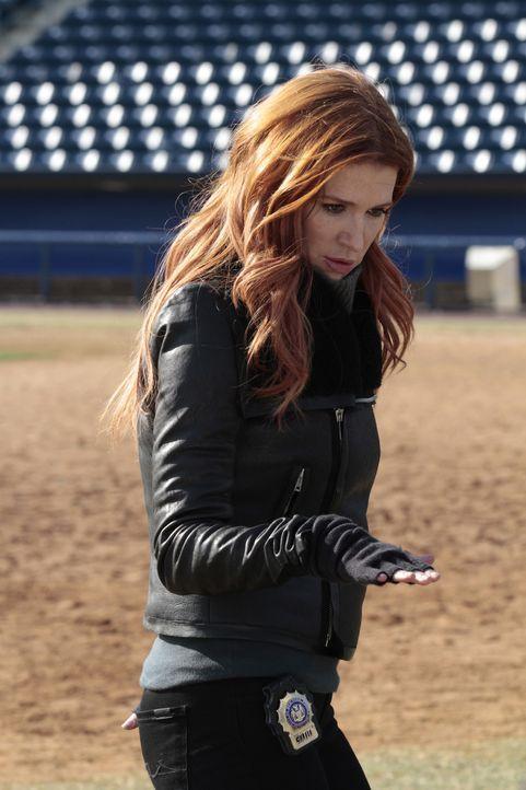 Carrie (Poppy Montgomery) und ihr Team untersuchen den Tod des Bankdirektors Jason Kubiak, der scheinbar aus einem Flugzeug in ein Baseballstadion g... - Bildquelle: 2011 CBS Broadcasting Inc. All Rights Reserved.