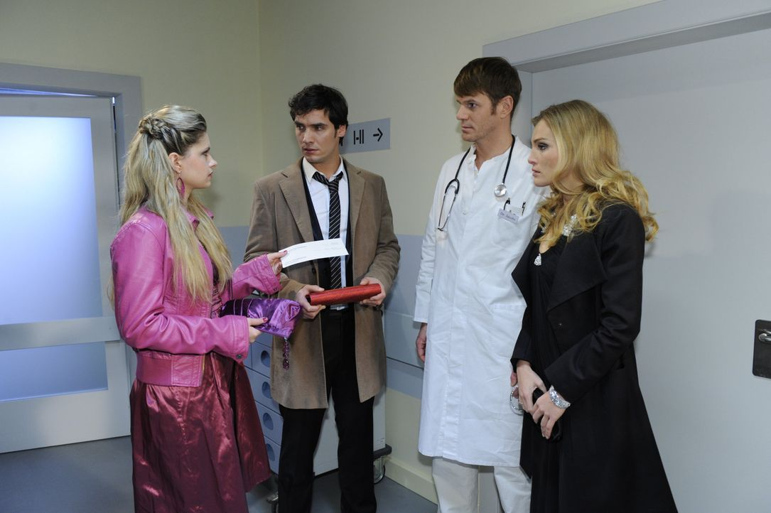 im Krankenhaus erfährt Alexander (Paul Grasshoff, 2.v.l.) von den Ärzten (Roger Ditter, 2.v.r.), dass seine Mutter derart schwer erkrankt ist, das... - Bildquelle: SAT.1