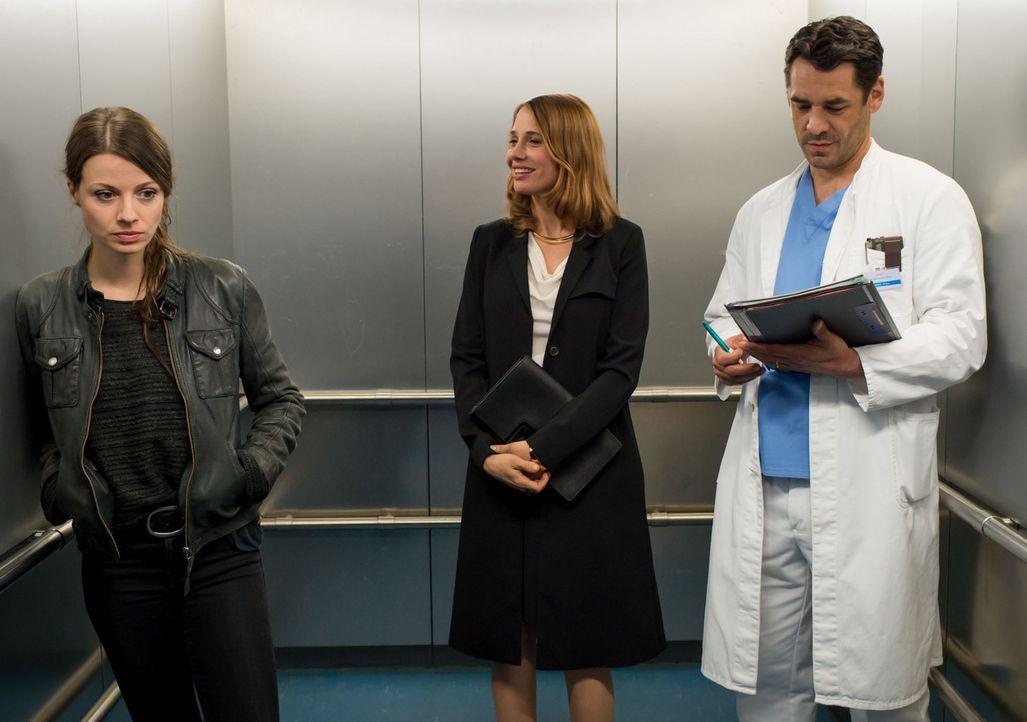 Erst als Frida (Julia Hartmann, l.) im Krankenhausaufzug auf Mark (Tobias Oertel, r.) trifft, wird ihr klar, dass sie den Ehemann der schwangeren Fe... - Bildquelle: Claudius Pflug SAT.1
