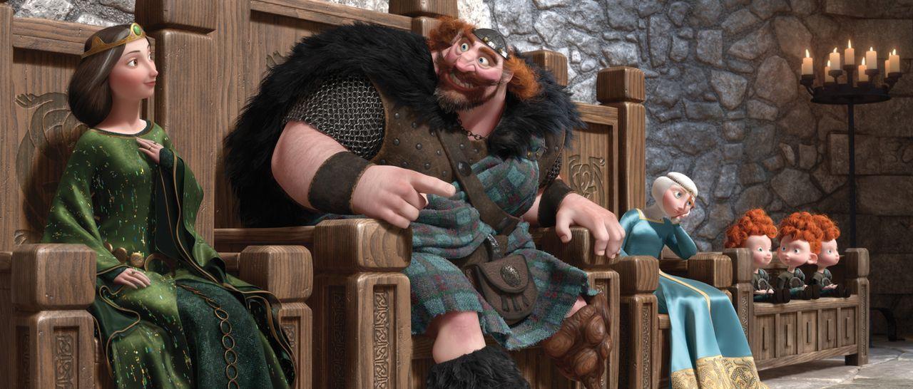 Prinzessin Merida (3.v.l.) soll an den Gewinner der Highland-Games verheiratet werden - so zumindest der Plan von Königin Elinor (l.) und König Ferg... - Bildquelle: Disney/Pixar. All rights reserved