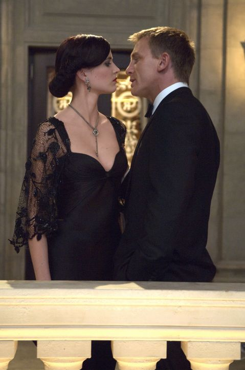 Ihre Anziehung zueinander bringt sie in große Gefahr: Vesper Lynd (Eva Green, l.) und James Bond (Daniel Craig, r.) ... - Bildquelle: 2006 DANJAQ, LLC, UNITED ARTISTS CORPORATION AND COLUMBIA PICTURES INDUSTRIES, INC. ALL RIGHTS RESERVED.