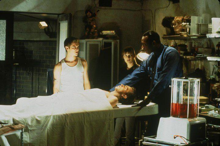 Erst spät kommt Alex (Devon Sawa, l.) dem mysteriösen Todesfällen in seiner Umgebung auf die Spur. - Bildquelle: Warner Bros.