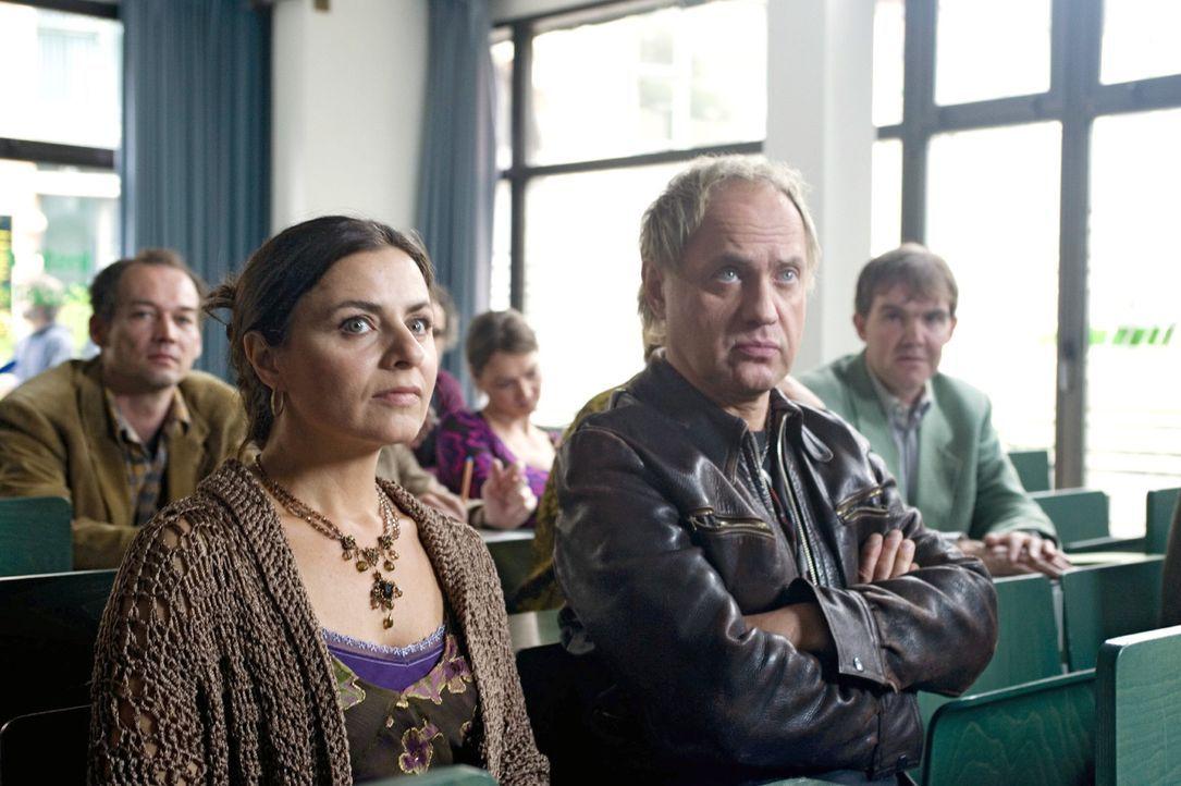 Carlo (Uwe Ochsenknecht, r.) besucht mit seiner Lehrerkollegin Cordula (Naomi Krauss, l.) ein Seminar für Mediatoren. - Bildquelle: Sat.1