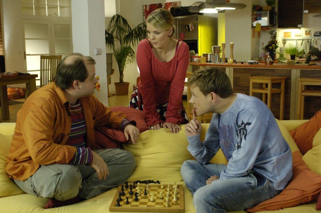 Mathias (Mathias Schlung, r.) und Markus (Markus Majowski, l.) halten sich für die Könige des Schachspiels - bis ihnen Mirja (Mirja Boes, M.) zeig... - Bildquelle: Sat.1