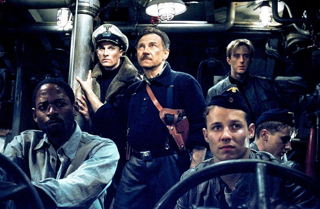 In der klaustrophobischen Enge, begleitet vom nerventreibenden Sonar-Ping und in der schwach beleuchteter Umgebung des U-571 müssen Lt. Andrew Tyle... - Bildquelle: 2000 Universal Pictures. All Rights Reserved