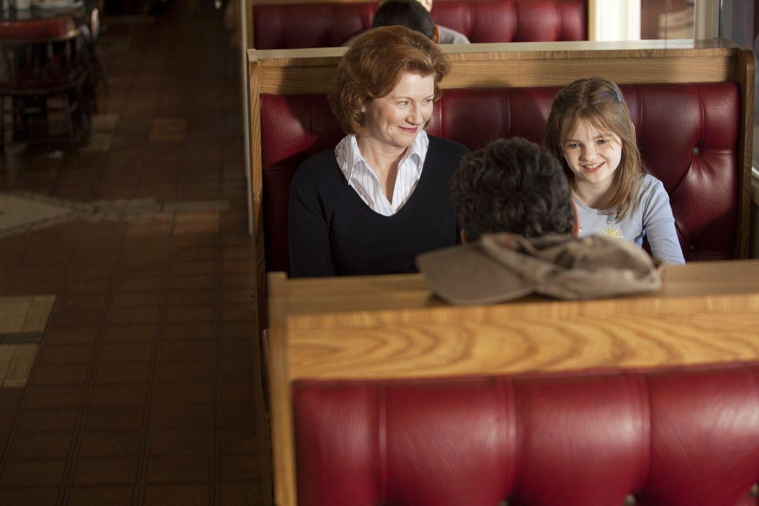 Ein Trucker (Bradford Tatum, M.) kidnappt immer wieder Frauen, um für seine Tochter Jody (Morgan Lily, r.), die bei einer Pflegemutter (Melisaa Cul... - Bildquelle: Touchstone Television