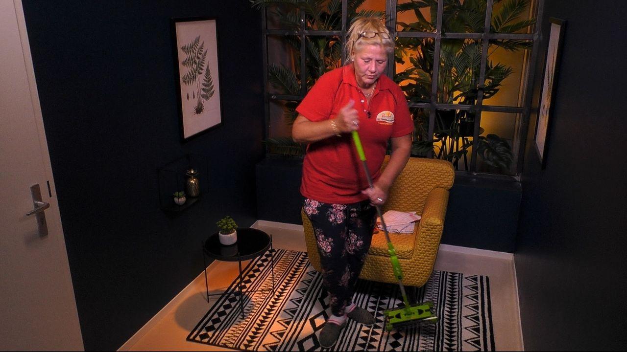 Mama Wollny legt im Sprechzimmer mit dem Putzen los