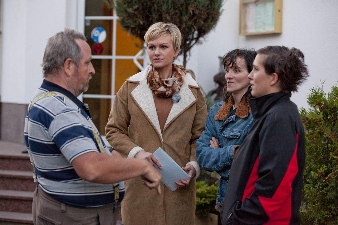 Kann Karen Heinrichs (2.v.l.) Werner (l.) die Sicherheit geben, dass seine beiden Töchter wirklich von ihm gezeugt wurden? - Bildquelle: SAT.1