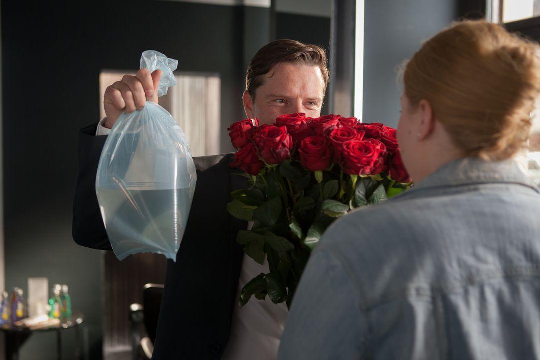 Wer hätte das gedacht nach dem Currywurstbudenessen: Alex (Florian Panzner, l.) überrascht Mandy (Christina Petersen, r.) mit einem riesigen Rosenst... - Bildquelle: Conny Klein SAT.1