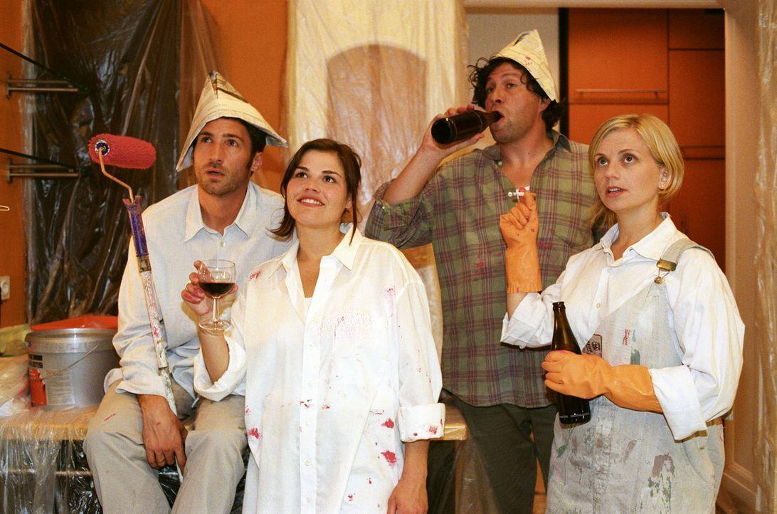 Uli (Benjamin Sadler, l.) und Pia (Katharina Wackernagel, 2.v.l.), beide erfolgreiche Scheidungsanwälte, haben sich über Ulis temporär renovierungsb... - Bildquelle: Sat.1