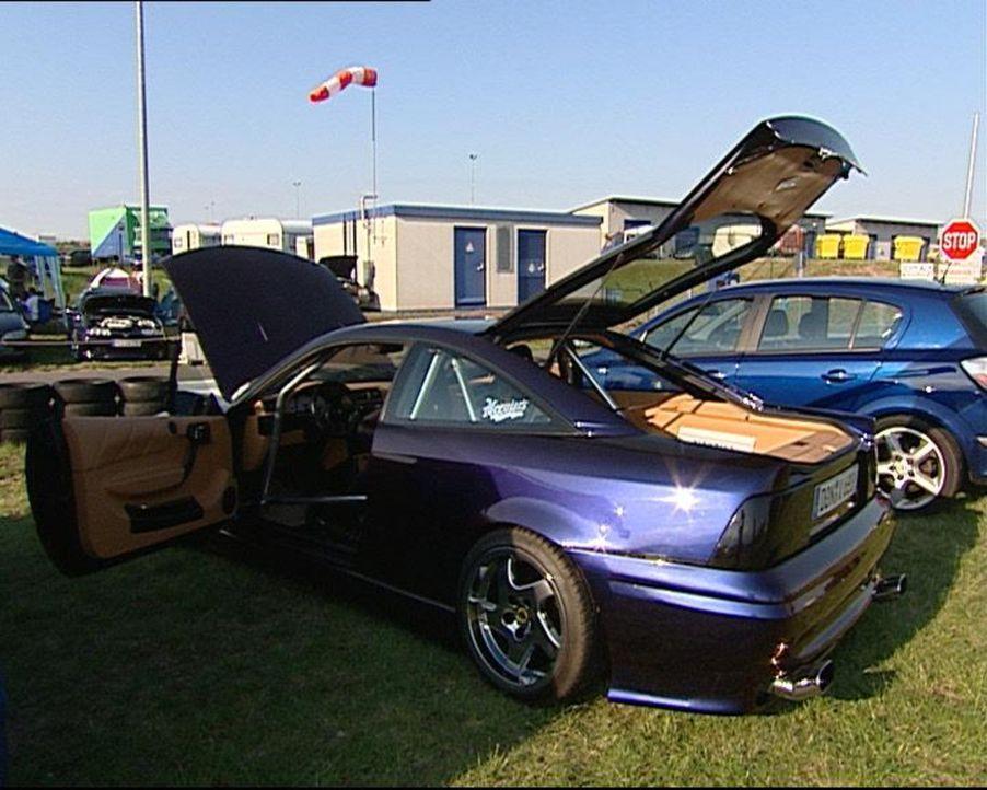 Wer sich keinen Luxuswagen leisten kann, schraubt eben in der Mittelklasse und präsentiert hinterher stolz seinen Wagen. Zum Beispiel beim Opeltref... - Bildquelle: SAT.1