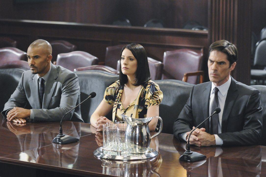 Müssen sich vor einem Komitee des US-Senats für einen Einsatz verantworten: Prentiss (Paget Brewster, M.), Morgan (Shemar Moore, l.) und Hotch (Th... - Bildquelle: ABC Studios