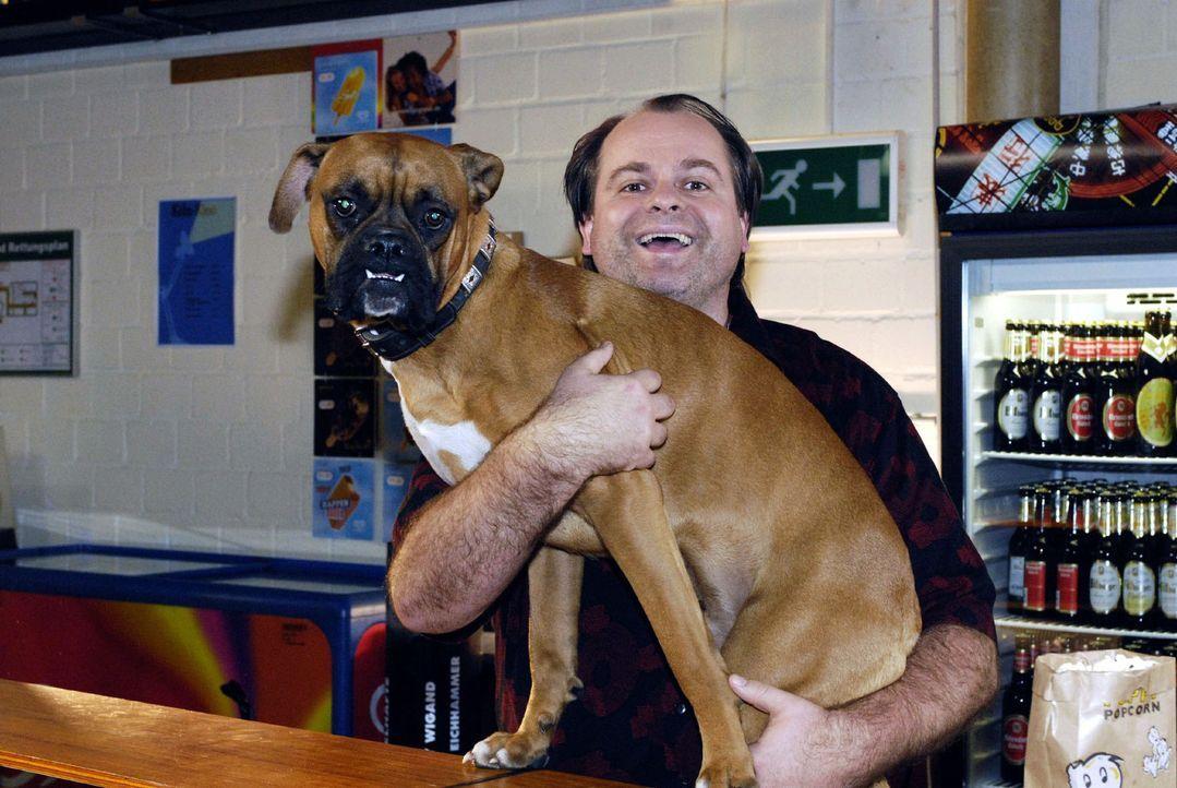 Janine wünscht sich im Kino einen Sitznachbarn, der was mit seiner Zunge kann. Da kommt nur einer in Frage - Karl, die Bulldogge des Platzanweisers... - Bildquelle: Sat.1