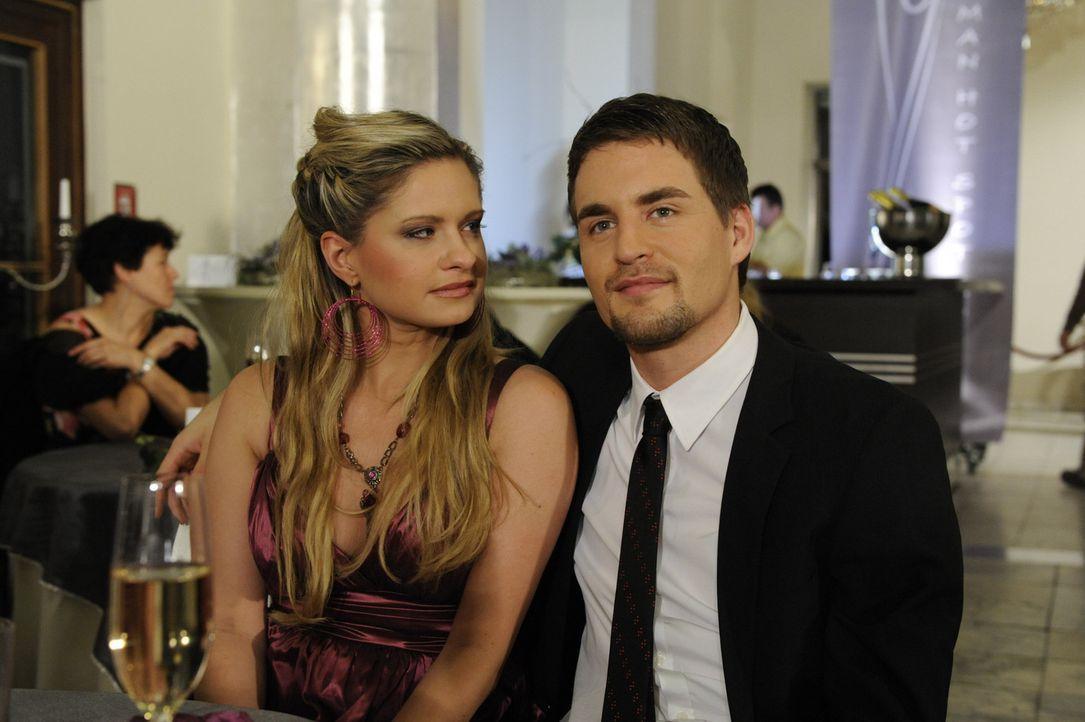Mia (Josephine Schmidt, l.) geht zusammen mit Lars (Alexander Klaws, r.) auf den Hot-Spot, um so ihre Scheinbeziehung zu wahren ... - Bildquelle: SAT.1