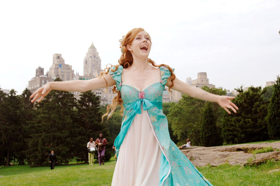 Von ihrer Schwiegermutter in spe verwünscht, landet die Märchenprinzessin Giselle (Amy Adams) auf dem hektischen New Yorker Time Square, wo sie de... - Bildquelle: Disney. All rights reserved