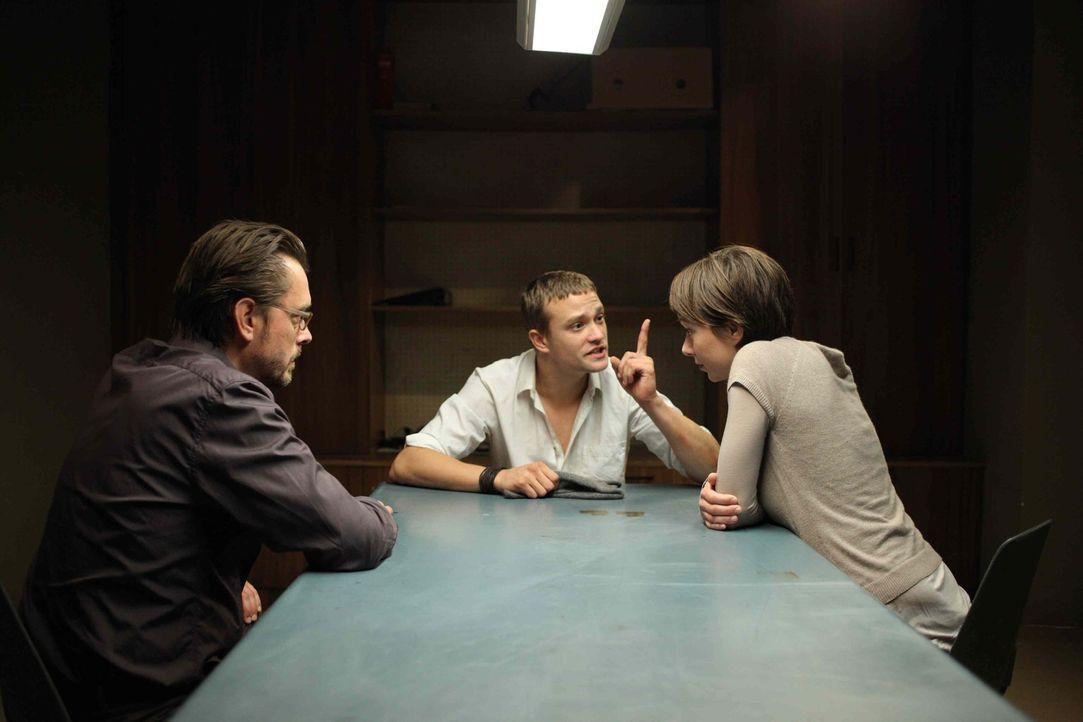 Während die junge Kommissarin Lisa Binder (Julia Koschitz, r.) glaubt, in Alexandras Freund (Michael Steinocher, M.) den Täter gefunden zu haben,... - Bildquelle: SAT. 1