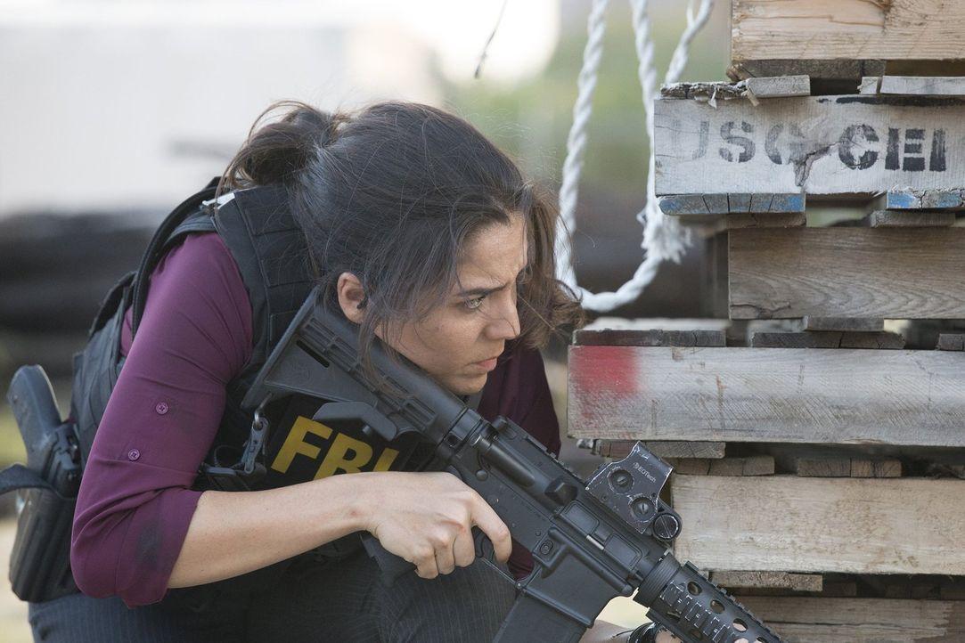 Weil die Agentin Zapata (Audrey Esparza) einen Haufen Wettschulden hat, ist sie auf das Bestechungsangebot des mysteriösen stellvertretenden Direkto... - Bildquelle: Warner Brothers