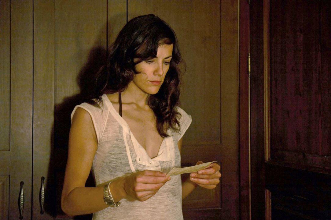Claudia (Bettina Zimmermann) ist schockiert, als sie eine vermeintliche Abschiedsbotschaft von Thomas erhält. - Bildquelle: Xeni Taze Sat.1