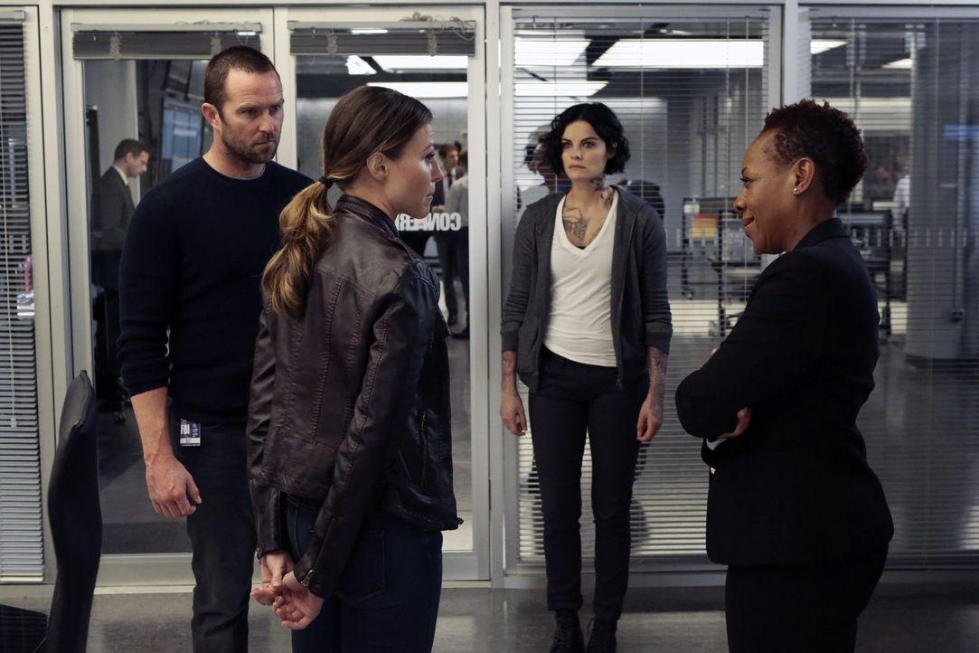Als die US Agentin Allison Knight (Trieste Kelly Dunn, 2.v.l.) Mayfair (Marianne Jean-Baptiste, r.) offenbart, dass die WitSec-Datenbank gehackt wur... - Bildquelle: Warner Brothers