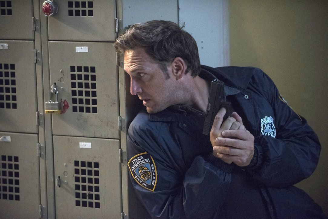Auf der Jagd nach einem Kriminellen geraten Jake (Josh Lucas) und sein Team in Lebensgefahr ... - Bildquelle: 2015 Warner Bros. Entertainment, Inc.