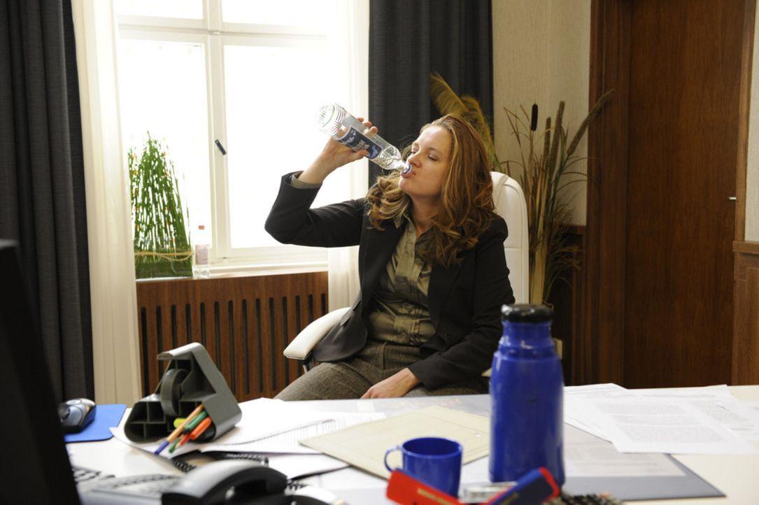 Gabriele (Marie Schneider) ruft eine Lehrerbesprechung ein, in der sie diskutieren will, ob Alexandra sich Lara gegenüber unkorrekt verhalten hat.... - Bildquelle: SAT.1
