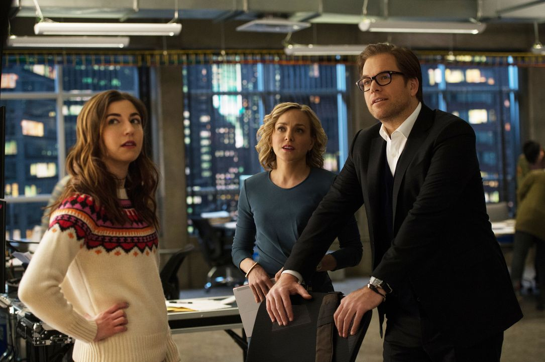 Cable (Annabelle Attanasio, l.) präsentiert Marissa (Geneva Carr, M.) und Bull (Michael Weatherly, r.) ihre Rechercheergebnisse - sie ist fündig gew... - Bildquelle: Jojo Whilden 2016 CBS Broadcasting, Inc. All Rights Reserved