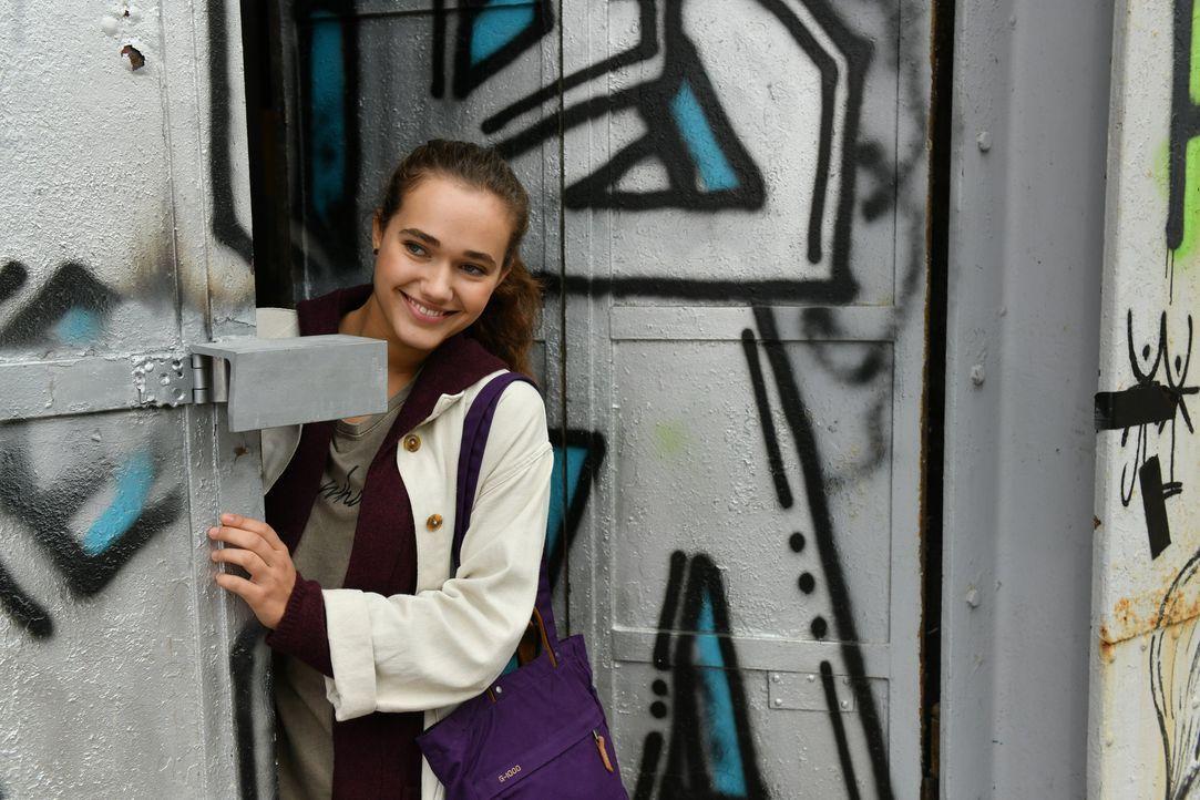 Maria (Josephine Martz) freut sich darüber, dass ihr arroganter Bruder Suppe an die Obdachlosen ausschenken muss.  - Bildquelle: Claudius Pflug SAT.1/Claudius Pflug