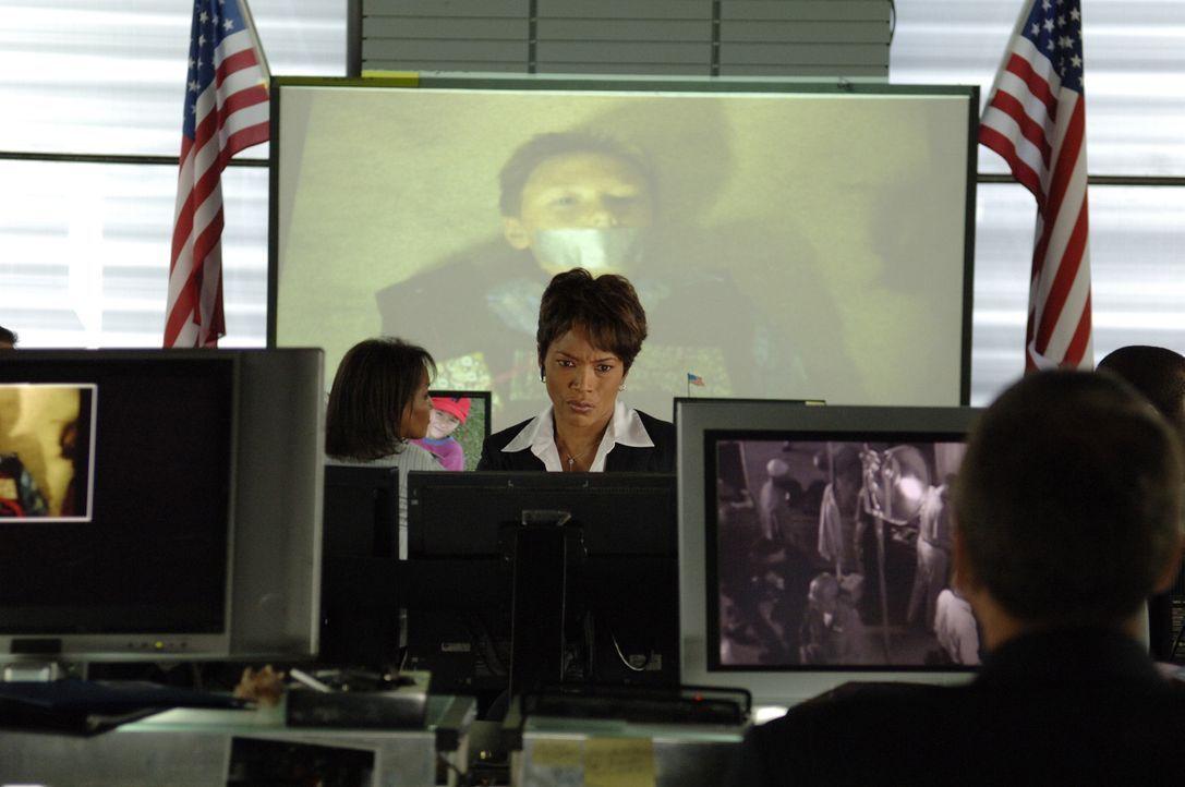 Mike Bookman, Agent der Homeland Security, ist auf dem Weg zu einem Footballspiel, bei dem er seine Frau und seinen Sohn treffen will. Von seiner Vo... - Bildquelle: CBS International Television