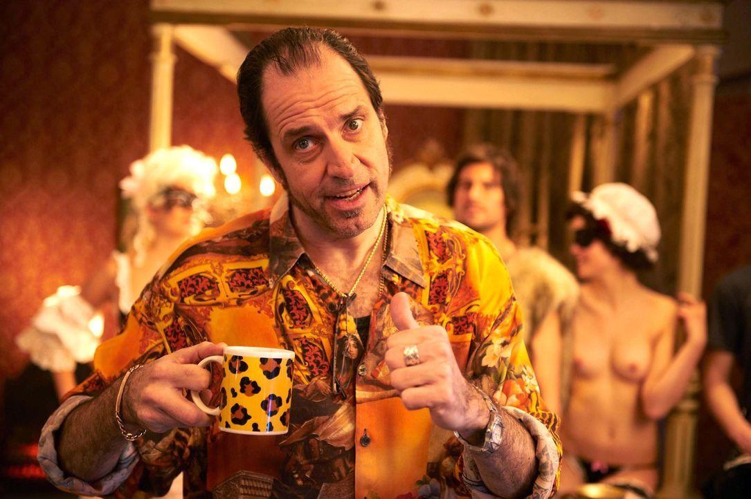 Weiß ganz genau, was seine Kunden wollen: Pornofilmregisseur Volker (Helmfried von Lüttichau) ... - Bildquelle: SAT.1