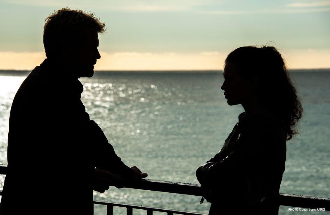 Martin (Xavier Deluc, l.) bittet die junge Leslie (Dorcas Coppin, r.) zum Gespräch ... - Bildquelle: Jean Louis PARIS