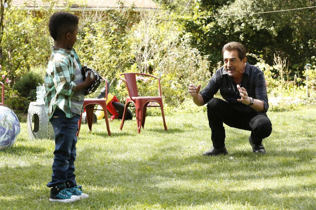 Rossi (Joe Mantegna, r.) genießt die Zeit mit seinem Enkel Kai (Jaiden Alexander McLeod, l.). Doch dann wird er zu einem neuen Fall gerufen, bei dem... - Bildquelle: Robert Voets ABC Studios