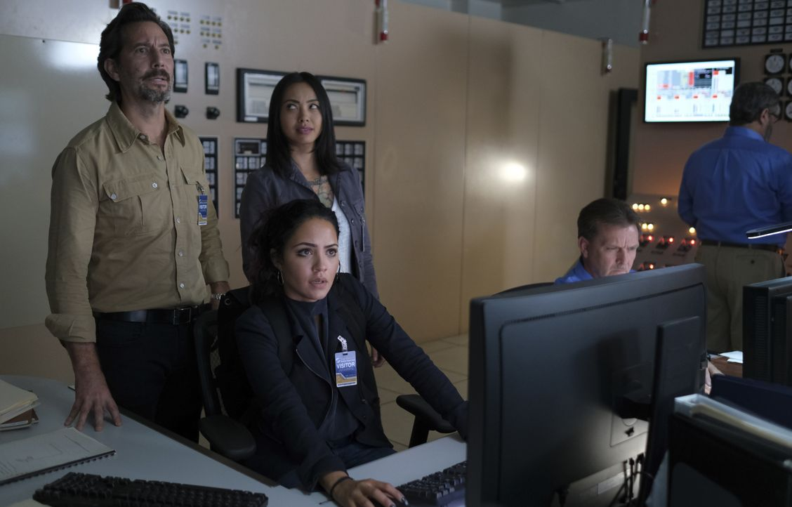 (v.l.n.r.) Russ Taylor (Henry Ian Cusick); Riley Davis (Tristin Mays); Desi Nguyen (Levy Tran) - Bildquelle: Mark Hill 2020 CBS Broadcasting, Inc. All Rights Reserved. / Mark Hill