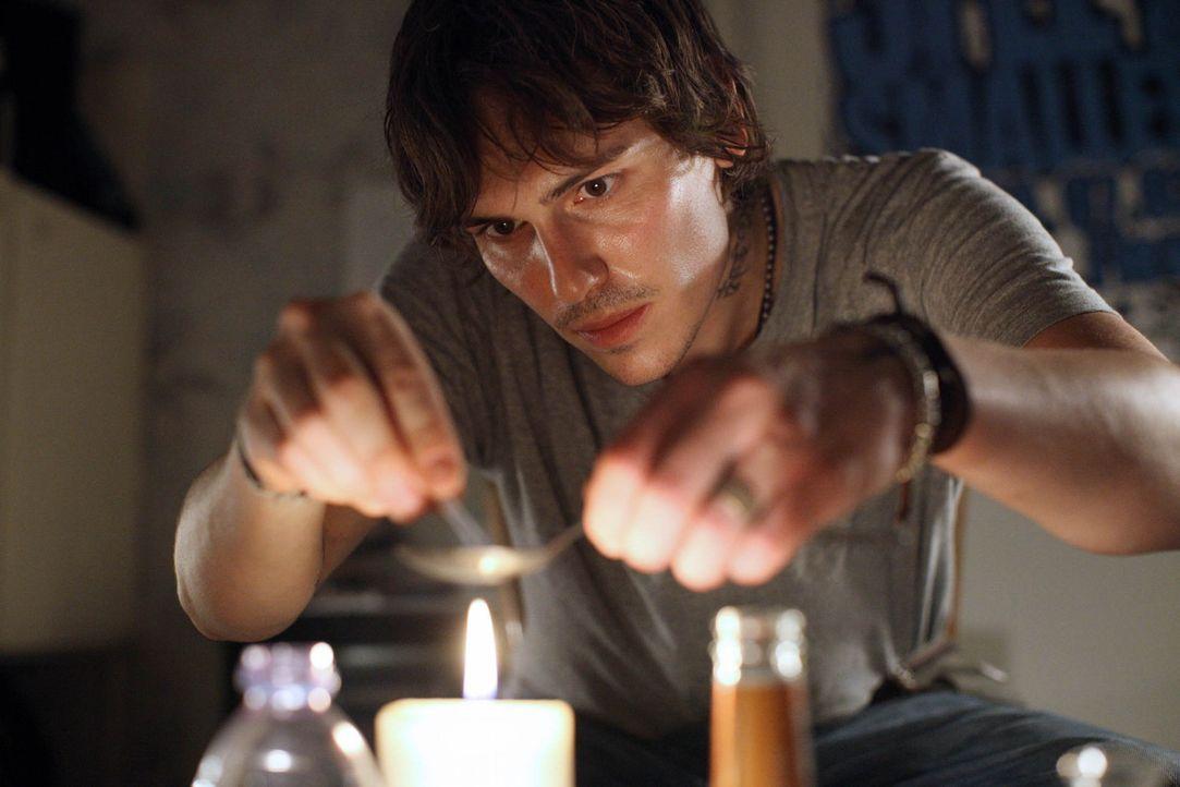 Eigentlich wollte Robi (Christoph Schärf) von den Drogen wegkommen, doch der gute Vorsatz hält nicht lange ... - Bildquelle: SAT.1