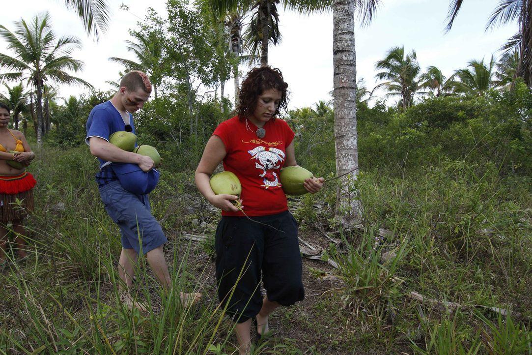 Für Maurice (l.) und Angelina (r.) geht es in das kleine Dorf der Pataxó-Indianer in Brasilien. Zwischen Schlingpflanzen, Sumpfgebieten und unzäh... - Bildquelle: kabel eins
