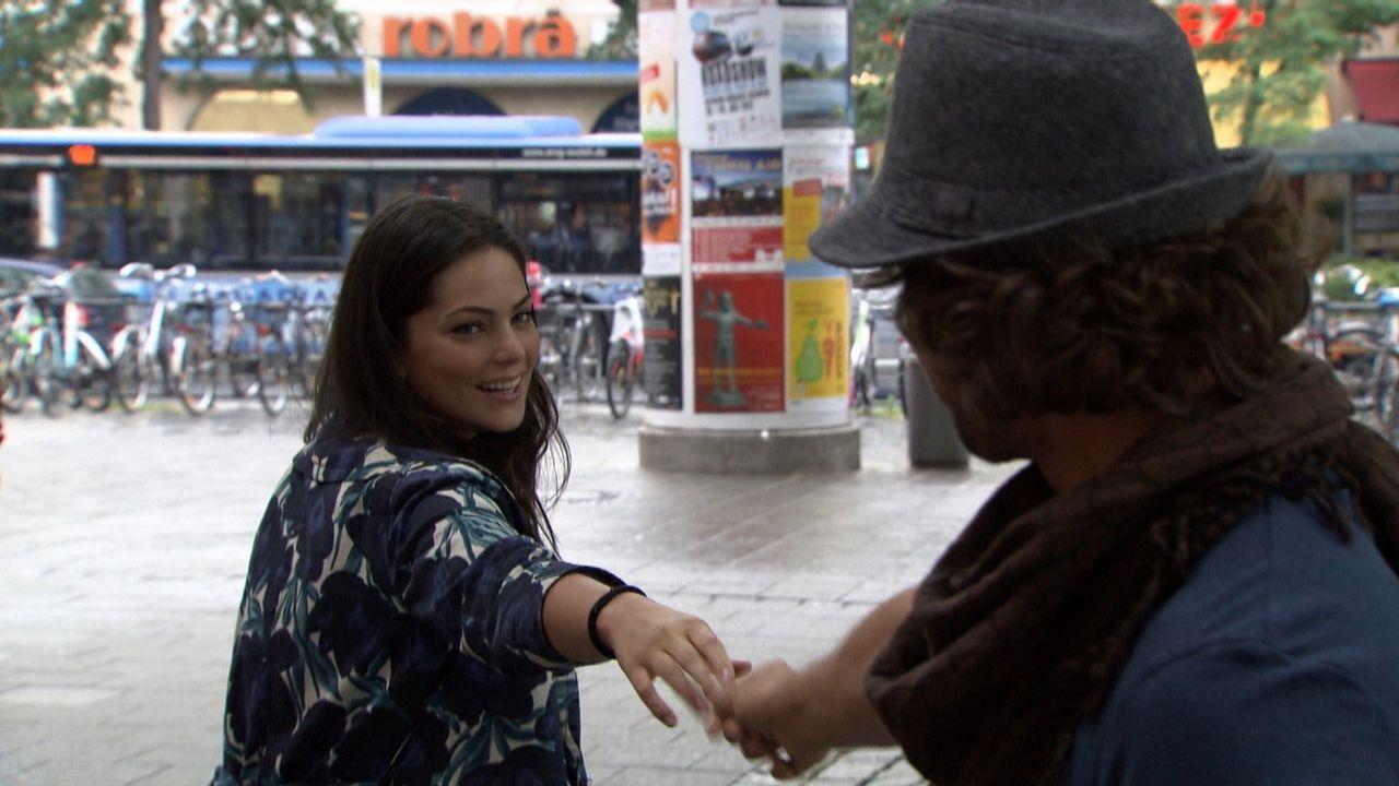 Die Russin Alisa Petrova (l.) will in Deutschland studieren. Um ihre Sprachkenntnisse zu verbessern, möchte sie als Au-pair arbeiten. Das Unternehm... - Bildquelle: SAT.1