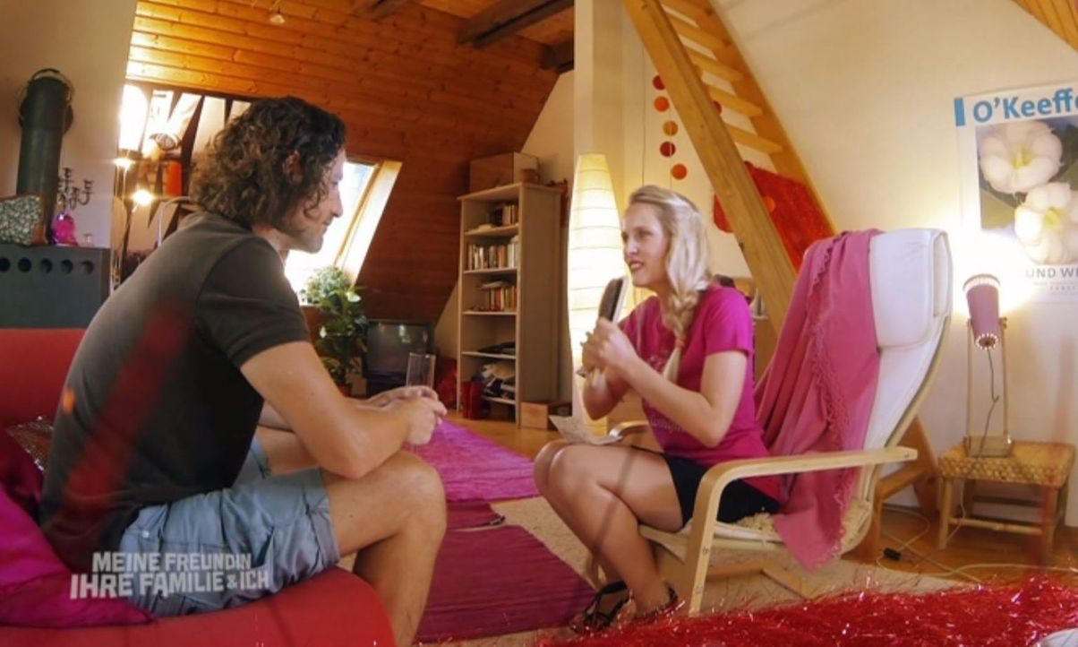 Als Markus (l.) die Schwester (Claudia Hinterecker, r.) seiner Freundin kennenlernt, beginnt für ihn der reinste Horror ... - Bildquelle: SAT.1