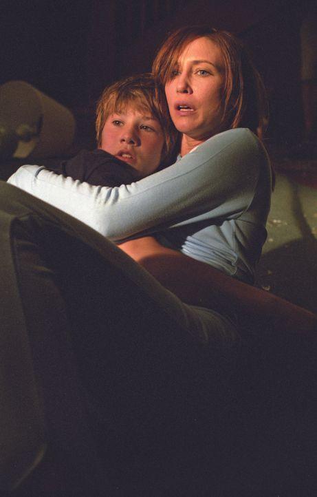 Schon bald sind Teresa (Vera Farmiga, r.) und Nick (Alex Neuberger, l.) im Visier hemmungsloser Killer ... - Bildquelle: Licensed by E.M.S. New Media AG