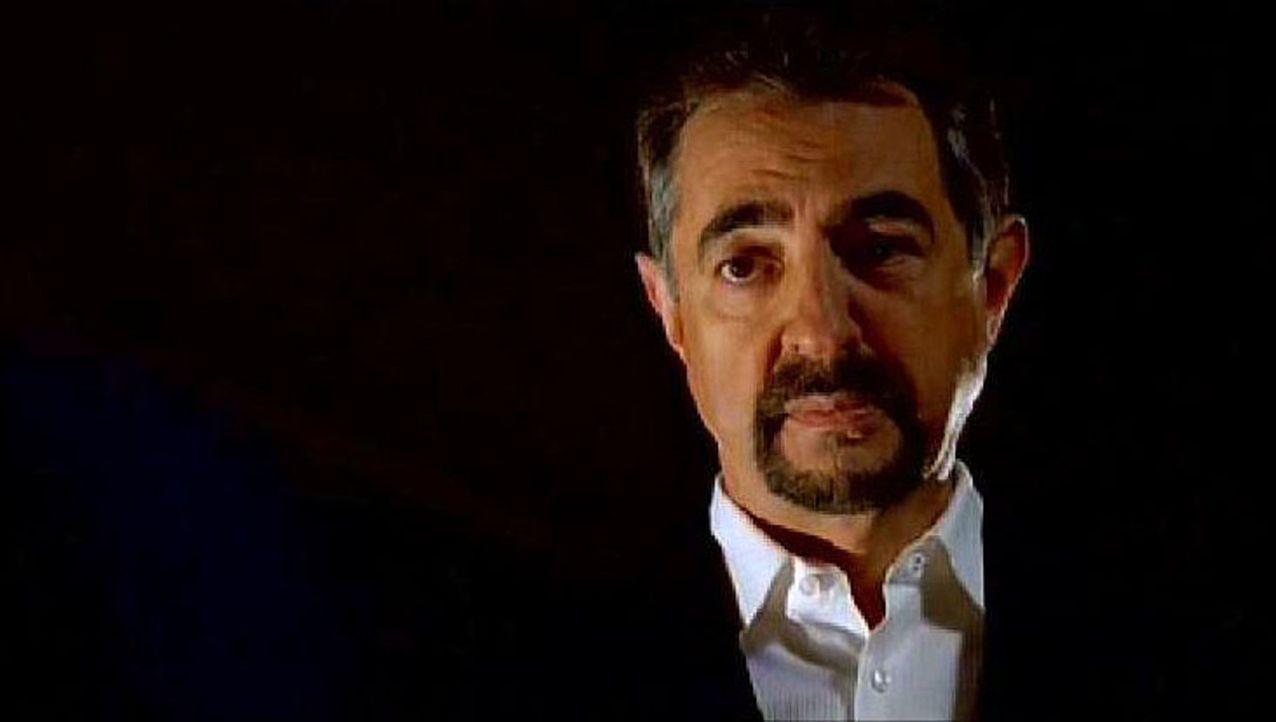 David Rossi (Joe Mantegna) studiert die Perversionen des Serienkillers ... - Bildquelle: Touchstone Television